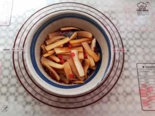 爽脆酸萝卜,所有的食材混合均匀后盖上保鲜膜腌制1小时就可以开吃了