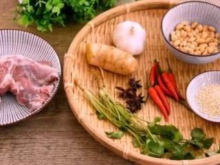 一分钟教你做凉拌牛肉,简单好吃,超级下酒!,·食材·    牛肉 400g、花生 60g、小米椒 15g、蒜 15g  生抽 10g、香油 5g、生姜 10g、八角 2g  料酒 10g、盐 3g、白芝麻 2g