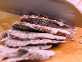 一分钟教你做凉拌牛肉,简单好吃,超级下酒!,将煮熟的牛肉放凉,切成片备用