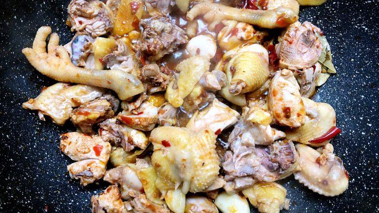 大盘鸡,加入鸡肉翻炒3分钟