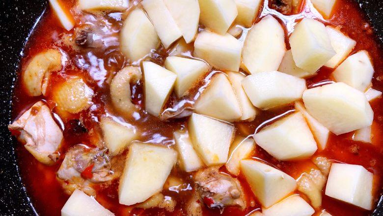 大盘鸡,加入土豆块煮3分钟