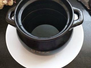 冰糖梨水,砂锅里入适量的水