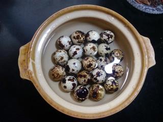 辣味卤鹌鹑蛋,放在冷水锅里,用小火煮开。因为鹌鹑蛋比较小。几分钟就可以。