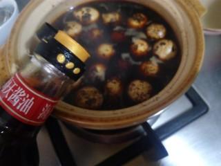 辣味卤鹌鹑蛋,把敲好的蛋重新放入锅里,加水没过蛋。倒入一勺酱油。
