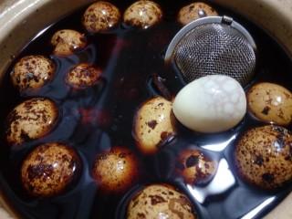 辣味卤鹌鹑蛋,因为鹌鹑蛋比较小,焖煮五分钟就差不多了。煮好后就让蛋在汤汁里浸泡,过一夜再吃味道会更好。有一点点的辣味,又很鲜美。早餐好搭档。