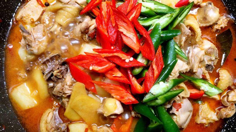 大盘鸡,放入青红椒翻炒至熟