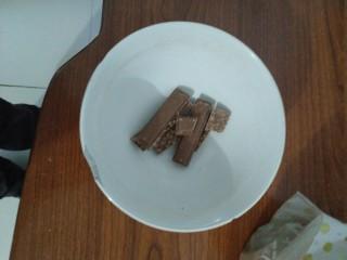 超简单的巧克力酱吐司,脆香米放入碗中,加热至融化~