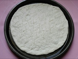 馅料足足的超级至尊匹萨,用叉子在面饼上扎孔