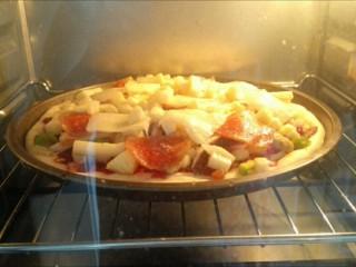 馅料足足的超级至尊匹萨,烤箱预热上170度,下火160度,烤20分钟。烤好后,取出用轮刀切块即可食用。