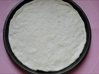 馅料足足的超级至尊匹萨,披萨盘抹油(如果是不沾盘不用),把擀好的面饼放进去