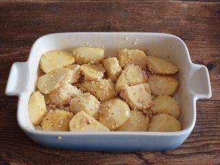 肥而不腻的粉蒸肉,将芋头与调料和蒸肉粉拌匀放在碗中底部