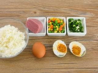 吃货们的福音—黄金什锦蛋炒饭,原来好吃的炒饭是这么做出来的,·食材·    米饭 1碗   鸡蛋 1个   咸鸭蛋 1个    火腿半块  杂菜 50克   葱花适量