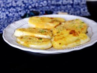 蒜香煎馒头片,装盘开吃,可以配一碗粥