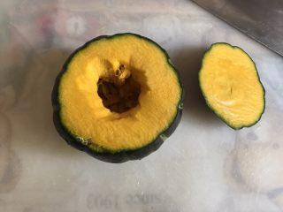 一人食 南瓜杂粮饭,在三分之处切开,去除种和内瓤