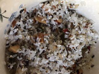 一人食 南瓜杂粮饭,泡好的米类倒掉水,放入红枣丁和葡萄干混合均匀