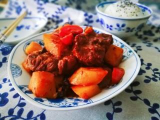 一个人的美食~土豆焖梅花肉骨