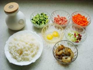 五彩虾仁炒饭,黄瓜、香肠、胡萝卜、葱分别切碎粒。拉多蕾娅橄榄油、大米饭、腌制好的虾仁备用。