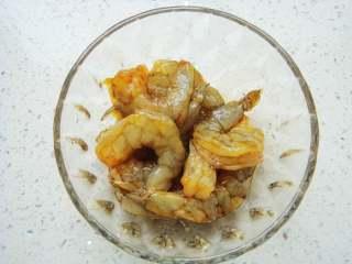 五彩虾仁炒饭,虾仁清洗干净虾背划开,加入盐,生抽腌制一会入味。