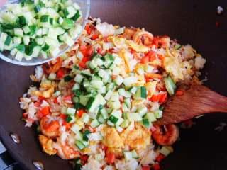 五彩虾仁炒饭,最后倒入黄瓜粒。