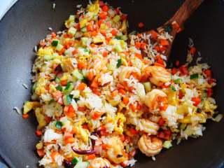 五彩虾仁炒饭,加入少许盐,翻炒均匀即可出锅。