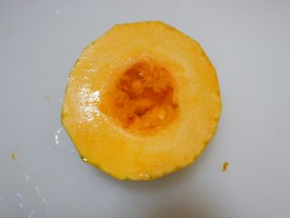 红枣百合蒸南瓜,南瓜去皮去籽