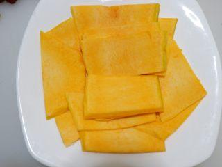红枣百合蒸南瓜,切好之后放在碗里,