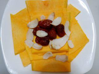 红枣百合蒸南瓜,和百合放在南瓜上。