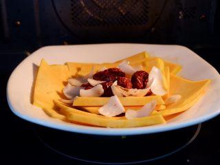 红枣百合蒸南瓜,锅内烧开水,把碗再放入蒸锅内大火蒸15~20分钟。