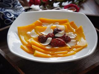 红枣百合蒸南瓜,浇在蒸好的南瓜上,趁热吃香甜的红枣百合蒸南瓜吧。