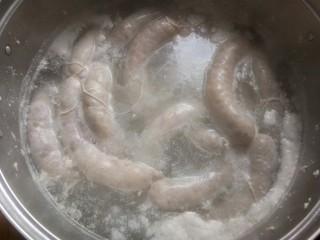 自制脆皮肠,然后始终是中小火烧开再煮个半小时左右就可以捞出控水储存了