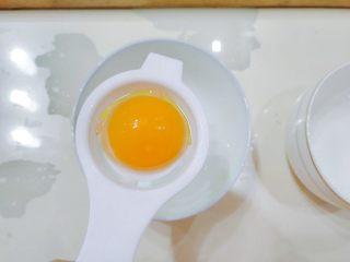 嫩脆香蕉派,鸡蛋的蛋清蛋黄要分离,只要蛋黄。