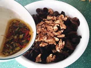 #菌类料理#木耳凉拌核桃仁,然后放在木耳上面、再倒入调好的酱汁