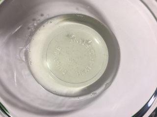 又白又香的猪油,过滤后的猪油就非常的清澈透明了