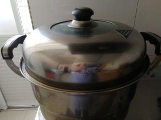 家庭版&荷叶肉夹馍,冷锅放进荷叶饼,静置5分钟在开火,开锅后关中火,蒸20分钟就好了。