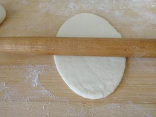 家庭版&荷叶肉夹馍,赶成椭圆形(如图)