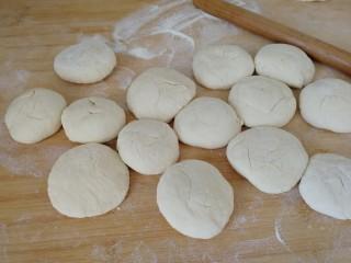 家庭版&荷叶肉夹馍,揪成大小均匀的面挤子,压成饼(如图)。