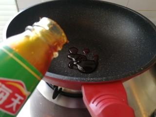 家庭版&荷叶肉夹馍,开小火,锅里加耗油(如图)