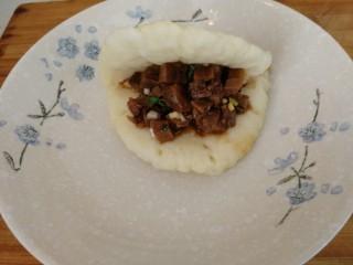 家庭版&荷叶肉夹馍,荷叶饼打开,加牛肉丁,做好的荷叶饼肉夹馍。