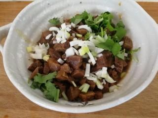 家庭版&荷叶肉夹馍,加葱碎和香菜沫,能吃辣的可以加点老干妈辣酱。