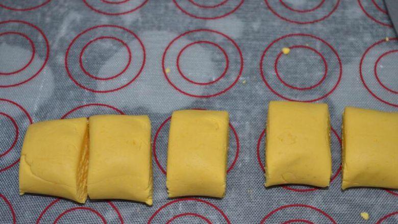 甜蜜玫瑰花糖馅南瓜汤圆,把面团搓成长条,切剂子,大概27g一个