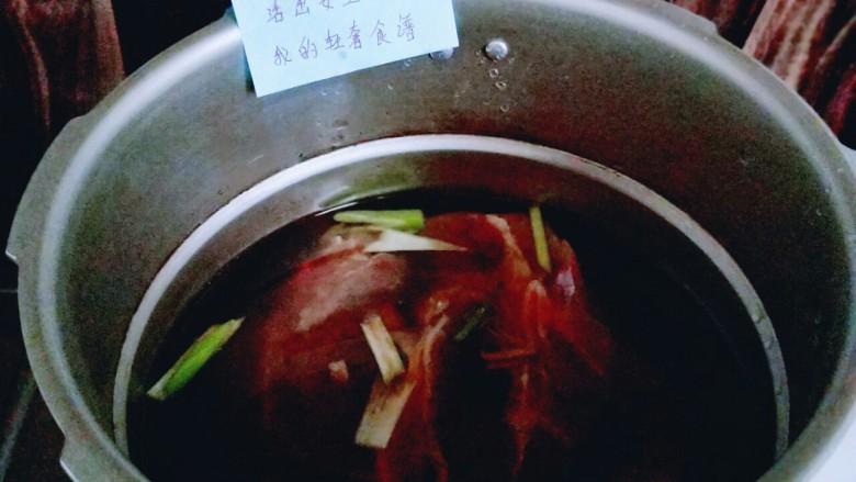 五香卤牛肉,加入清水,没过牛肉为主。盖上盖子,大火烧开,转小火35分钟,待高压锅消气时再打开盖子。