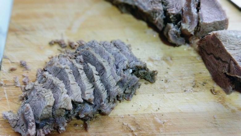 五香卤牛肉,将做熟的牛肉切片,(一定要等牛肉冷后再切,最好冰箱冷藏2小时后再切)这样切出来的牛肉很漂亮,且不容易碎。