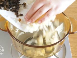 双耳山楂羹12m+宝宝辅食,锅里依次放入银耳碎、木耳碎、山楂丁,加清水漫过食材开始煮~