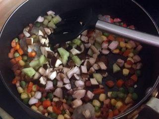 """""""鳥巢""""之金玉滿堂,倒入蝦仁、蘑菇丁及黃瓜丁,調入適量鹽調味。"""