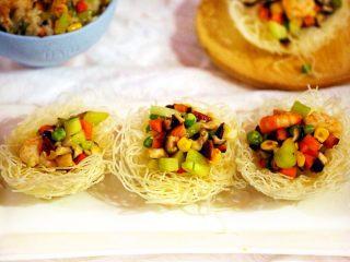 """""""鳥巢""""之金玉滿堂,將炒好的蔬菜蝦仁粒放入鳥巢中"""