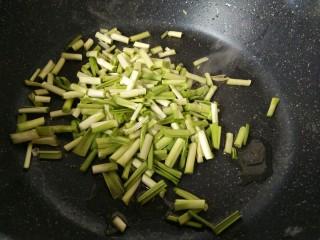 一清二白~青蒜苗豆腐,先把蒜苗根部放鍋里炒了