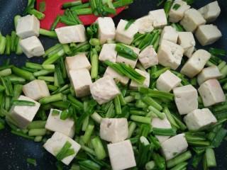 一清二白~青蒜苗豆腐,炒勻即可關火