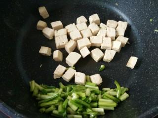 一清二白~青蒜苗豆腐,再把豆腐丁放里炒幾下