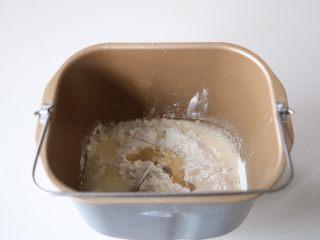 平底锅披萨,面团材料放面包机,酵母糖分开两边放;