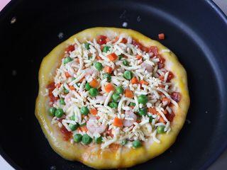 平底锅披萨,披萨边上刷一层蛋黄液,再撒适量的芝士;